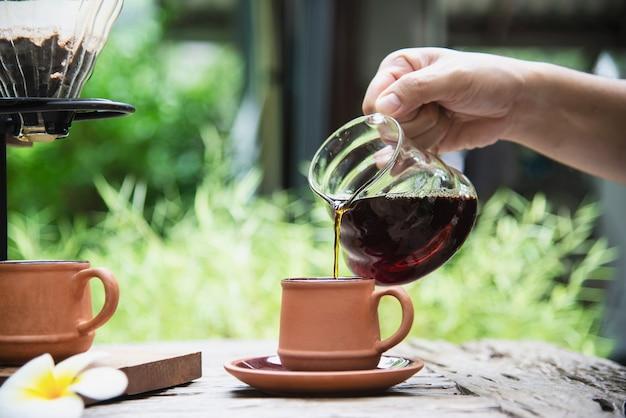 Equipaggi la fabbricazione del caffè fresco a goccia nella caffetteria d'annata Foto Gratuite