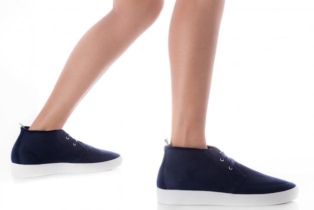 Equipaggi le calzature blu d'uso di modo che fanno un passo con la vista laterale di profilo isolata su bianco Foto Premium