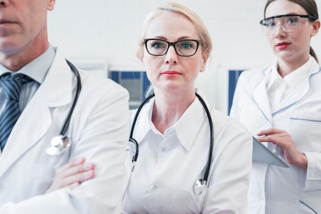 Equipe medica in uno studio medico Foto Gratuite