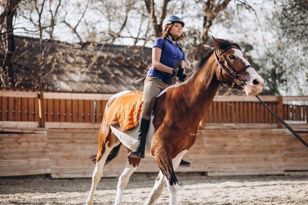 Equitazione d'istruzione della ragazza Foto Gratuite