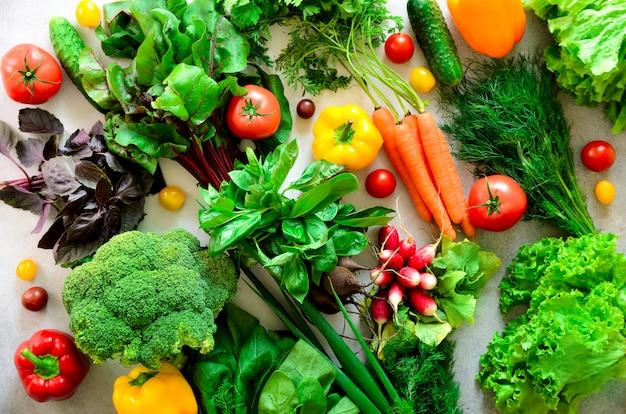 Erbe aromatiche, cipolla, avocado, broccoli, peperone, melanzane, cavoli, ravanelli, cetrioli, mandorle, rucola, baby corn. Foto Premium
