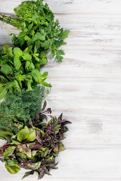 Erbe aromatiche fresche, aneto, basilico, prezzemolo, menta Foto Premium