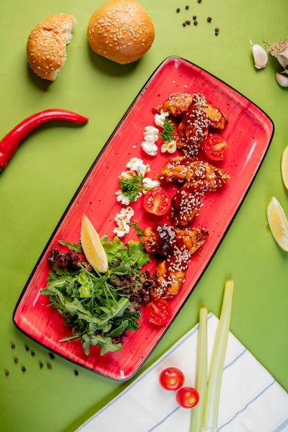 Erbe e gamberi in salsa con sesamo Foto Gratuite