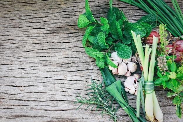 Erbe e spezia fresche naturali su legno rustico nella cucina per l'alimento dell'ingrediente Foto Premium