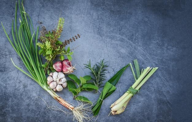Erbe e spezia fresche naturali sulla banda nera nella cucina per l'alimento dell'ingrediente Foto Premium