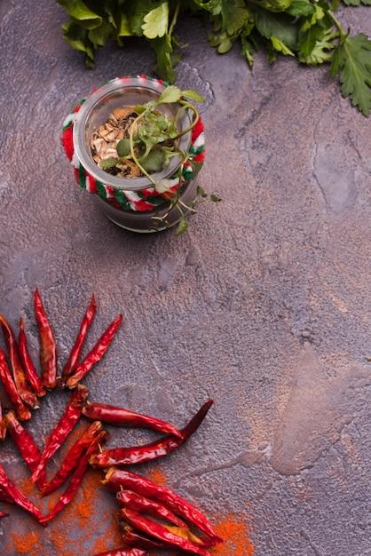 Erbe fresche e peperoncino Foto Gratuite