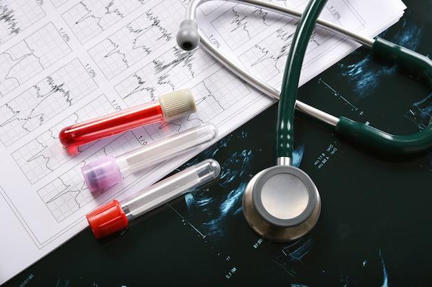 Esame del sangue, epidemia di coronavirus, vaccino e ricerca di nuovi farmaci per la pandemia di covid-19, attrezzatura medica per controllo sanitario Foto Premium