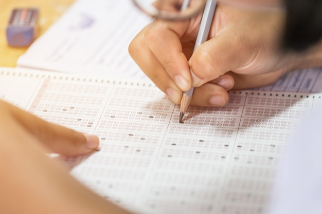 Esame di scrittura dello studente sul foglio di risposta cartaceo Foto Premium