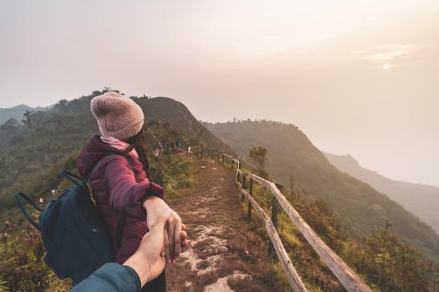 Escursionando il giovane viaggiatore delle coppie che sembra bello paesaggio, concetto di stile di vita di viaggio Foto Premium