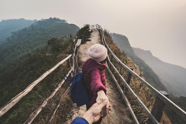 Escursionismo giovane coppia viaggiatore alla ricerca di un bellissimo paesaggio Foto Premium