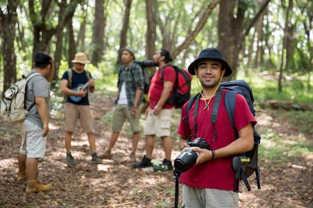 Escursionista con zaino con fotocamera Foto Premium