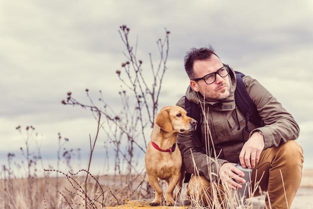Escursionista e cane a riposo Foto Premium