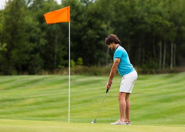 Esercitazione attiva del giocatore di golf della misura a figura intera Foto Gratuite