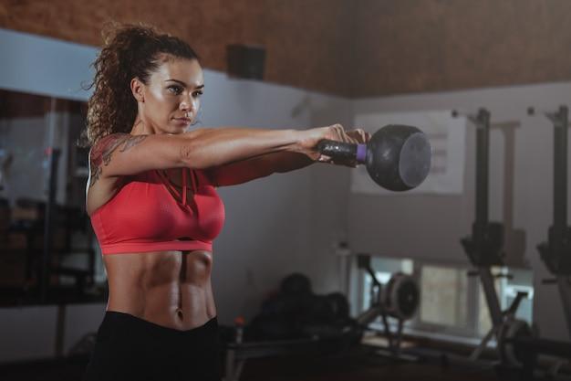 Esercitazione della donna del crossfit di bella misura Foto Premium