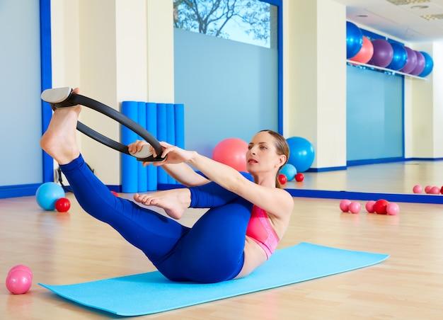 Esercizio di anello magico tratto gamba singola donna pilates Foto Premium