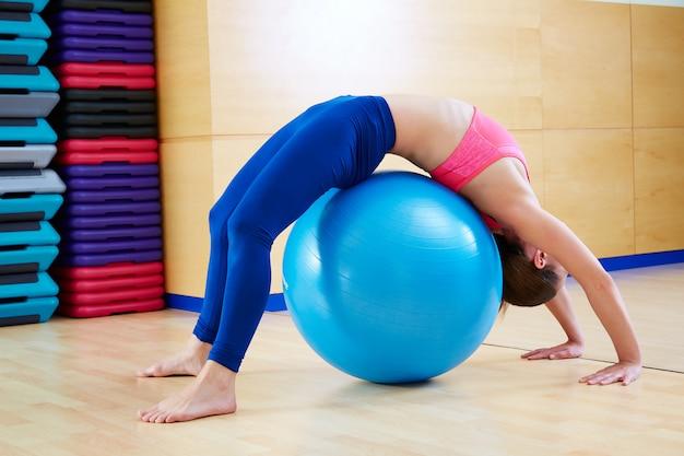 Esercizio di fitball del ponte di ginnastica della donna di pilates Foto Premium