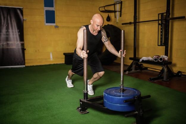 Esercizio di pratica del peso del pugile tailandese Foto Gratuite