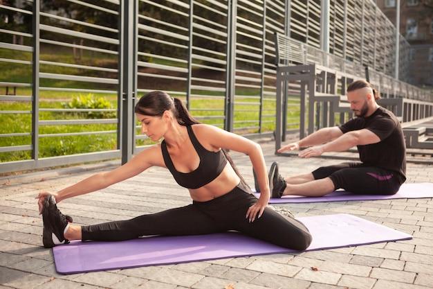 Esercizio di yoga sul tappetino per allungare il corpo Foto Gratuite