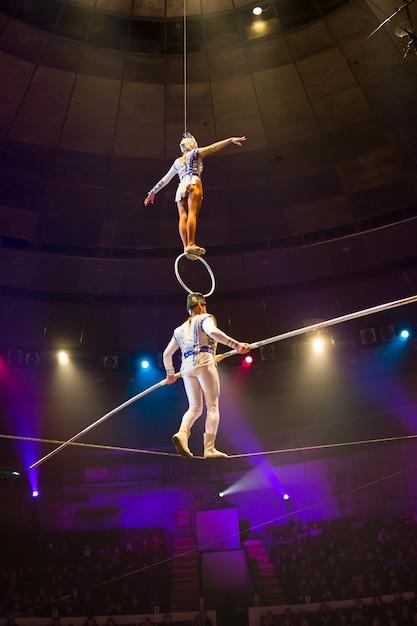 Esibizione di aeronautici nell'arena del circo. Foto Premium