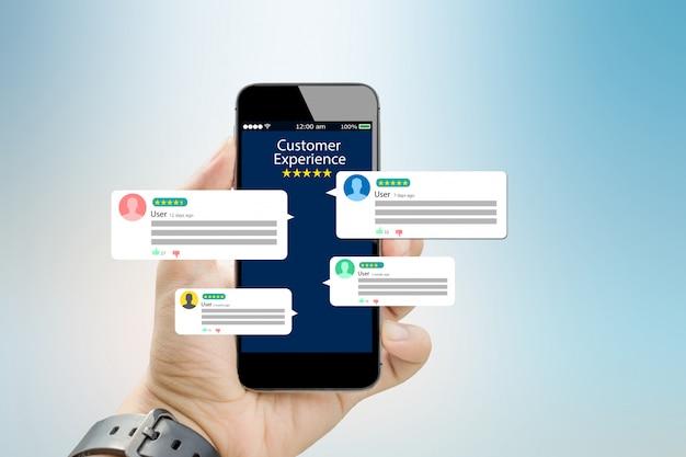 Esperienza del cliente, concetto di recensione. mani che tengono il telefono cellulare Foto Premium