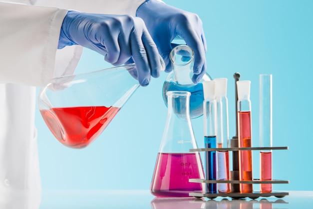 Esperimenti in un laboratorio di chimica. condurre un esperimento in laboratorio. Foto Gratuite
