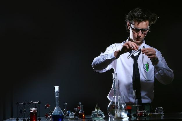 Esperimento chimico facendo scientifico Foto Gratuite
