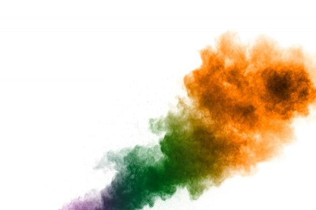 Esplosione di polvere colorata su sfondo bianco. spruzzi di particelle di polvere color pastello. Foto Premium