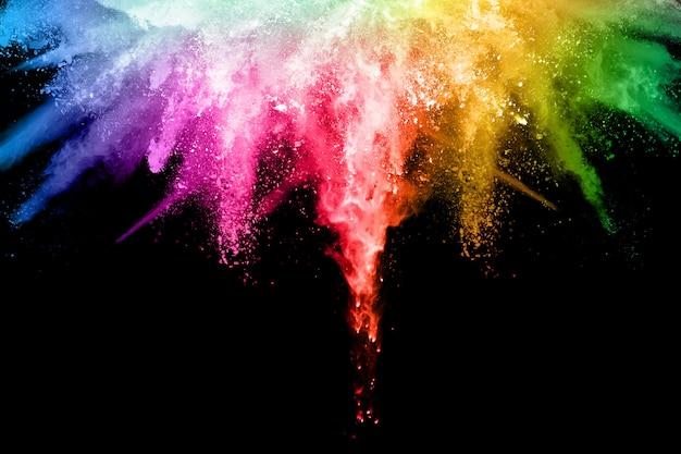Esplosione di polvere colorata su sfondo nero. Foto Premium
