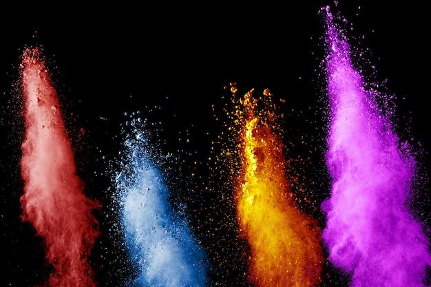Esplosione di polvere di colore vibrante su sfondo nero. Foto Premium