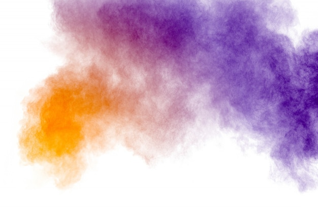 Esplosione di polvere di multi colore su sfondo bianco. Foto Premium