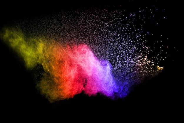 Esplosione di polvere multicolore su sfondo nero. Foto Premium