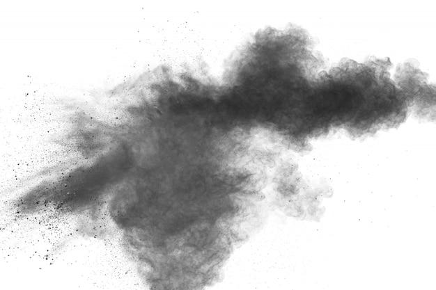Esplosione di polvere nera su sfondo bianco nuvola di particelle di polvere di carbone. Foto Premium