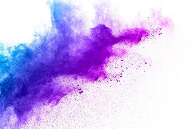 Esplosione di polvere viola blu su sfondo bianco. Foto Premium