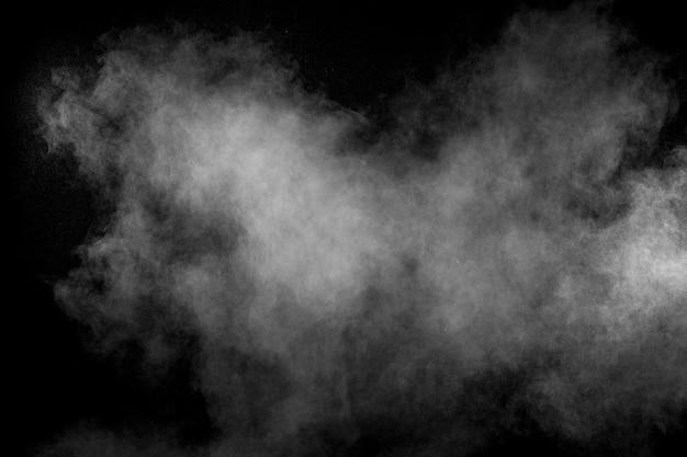 Esplosione di talco bianco su nero Foto Premium