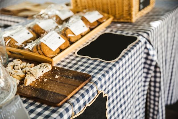 Esposizione di articoli da forno in vendita presso la bancarella del mercato Foto Gratuite