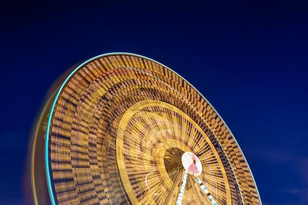 Esposizione lunga della ruota panoramica con il cielo crepuscolare Foto Premium