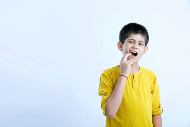 Espressione di mal di denti carino bambino indiano Foto Premium