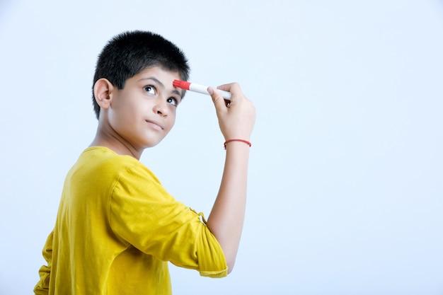 Espressioni di pensiero del giovane ragazzo sveglio indiano Foto Premium