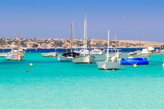 Estany des peix nelle barche di ancoraggio del lago di formentera Foto Premium