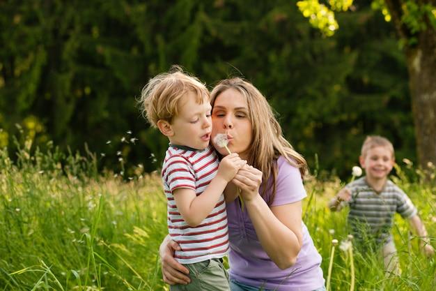 Estate in famiglia - soffia semi di tarassaco Foto Premium