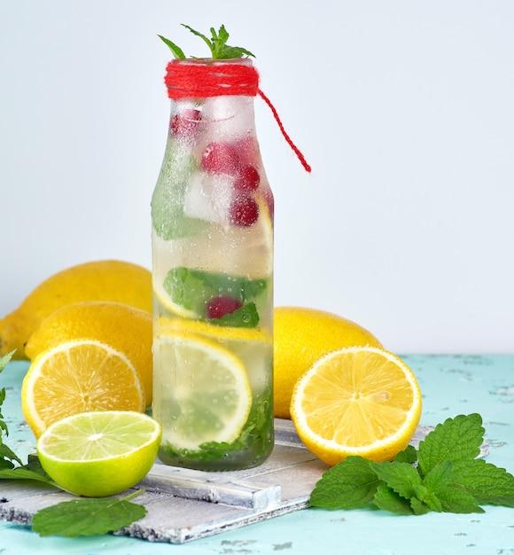 Estate limonata bevanda rinfrescante con limoni, mirtillo, foglie di menta Foto Premium
