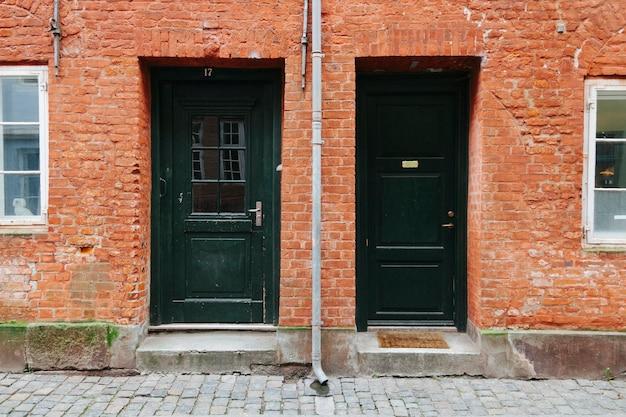 Esterno Di Una Casa : Esterno della casa con porte nere scaricare foto gratis