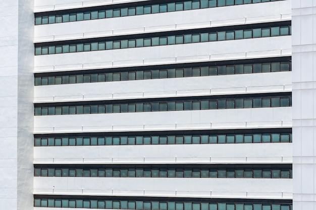 Esterno di costruzione di affari con motivo a finestra di vetro Foto Gratuite
