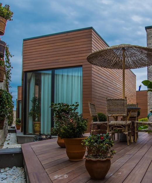 Esterno di una casa in stile moderno con terrazza Foto Gratuite