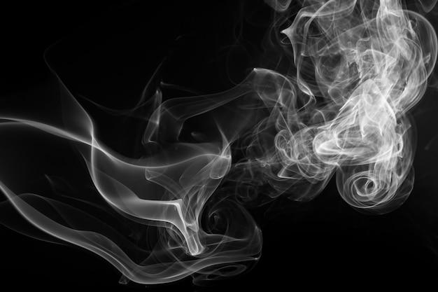 Estratto bianco del fumo sul nero, progettazione del fuoco Foto Premium
