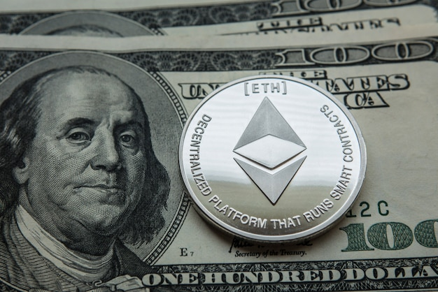 Ethereum. crypto currency ethereum. moneta ethereum su carte di cambio. Foto Premium