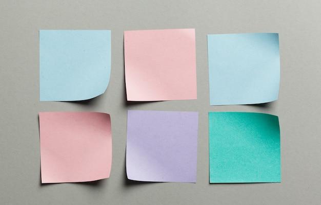 Etichetta degli autoadesivi vicina su su fondo di carta grigio Foto Premium