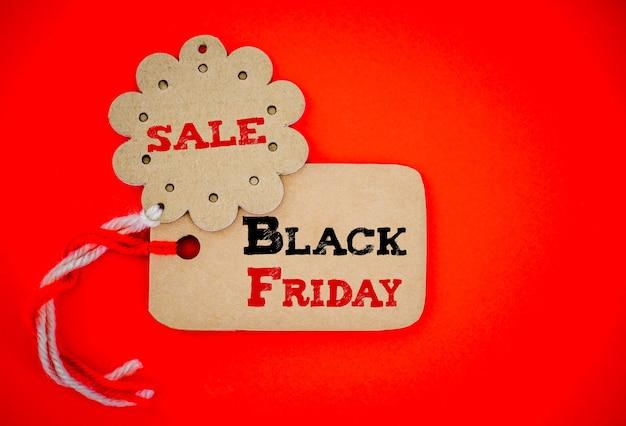 Etichetta i tag dello shopping per lo shopping online, il concetto di vendita del black friday. Foto Premium