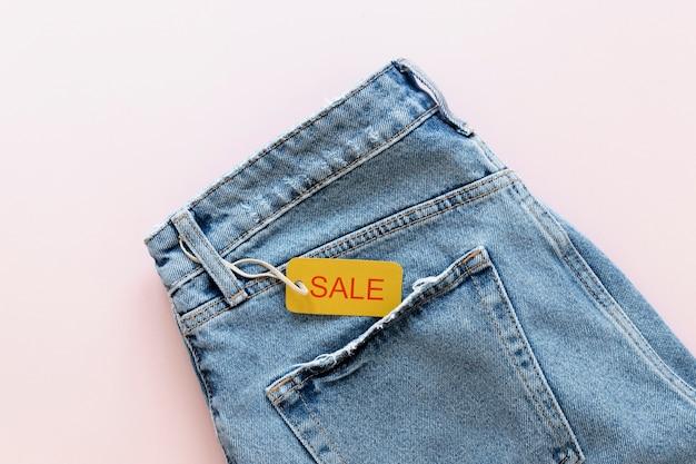 Etichetta nera di vendita di venerdì sui jeans Foto Gratuite