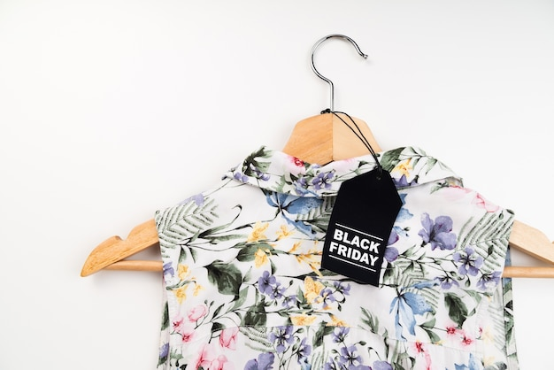 Etichetta nera venerdì sulla camicia Foto Gratuite
